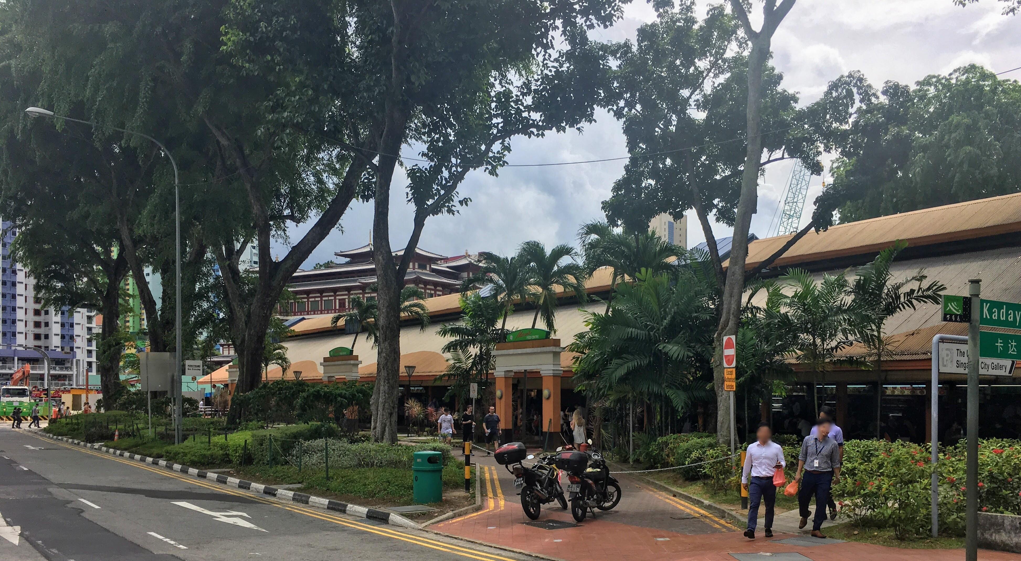 シンガポールの観光スポット チキンライスの名所「マックスウェルフードセンター」