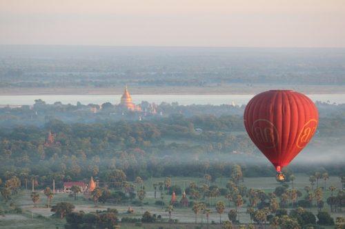 バガン遺跡のサンライズを気球の上から観る