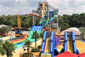 シンガポールの観光スポット プール「ワイルドワイルドウェット」のスライダー