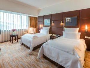 高級ホテルの部屋のベッド