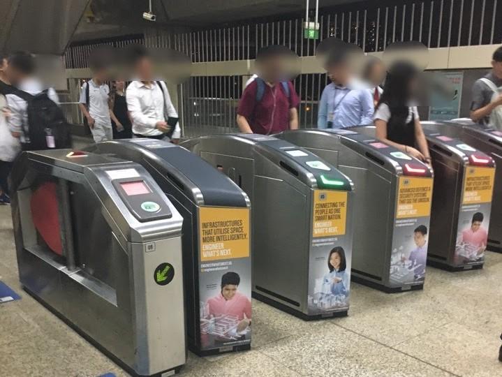 多くに人が行き交うシンガポールMRT電車の改札