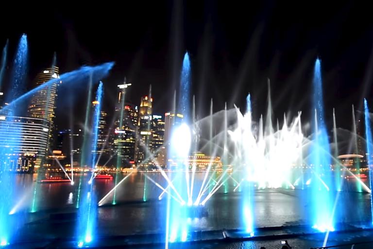シンガポールの観光スポット マリーナベイサンズの光と水のショーを正面から見る