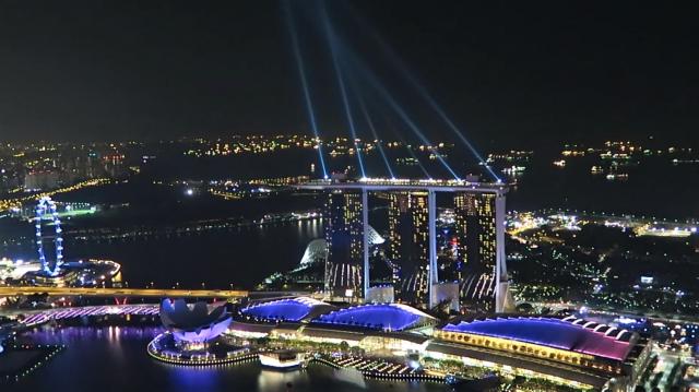 シンガポールの観光スポット マリーナベイサンズのレーザーショーを上から見る