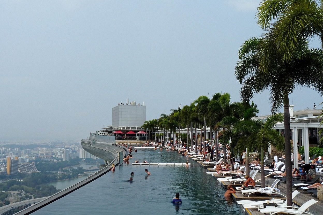 シンガポールの観光スポット マリーナベイサンズの屋上プール「インフィニティ」