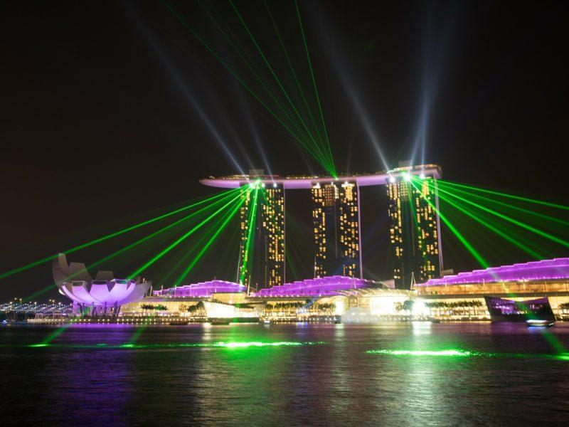 シンガポールの観光スポット マリーナベイサンズの光と水のショーを水上から観る