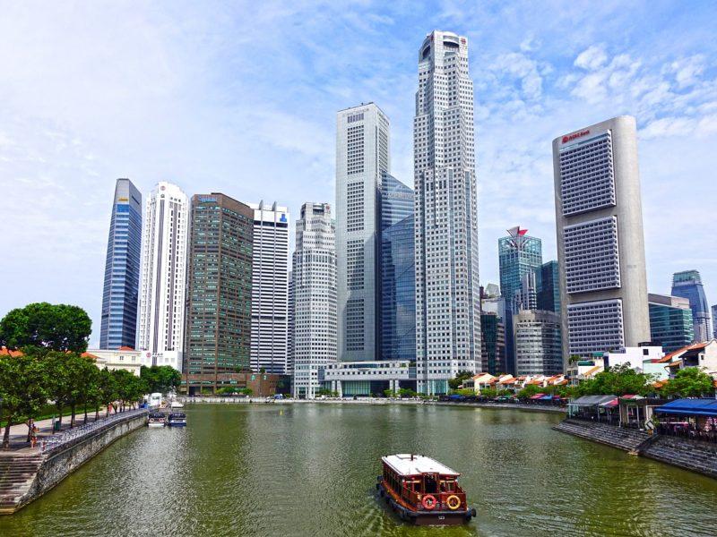 リバークルーズで高層ビルに囲まれたシンガポール川を下る