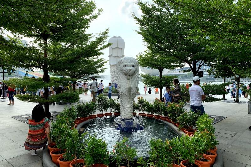 マーライオン像のうしろのミニマーライオン