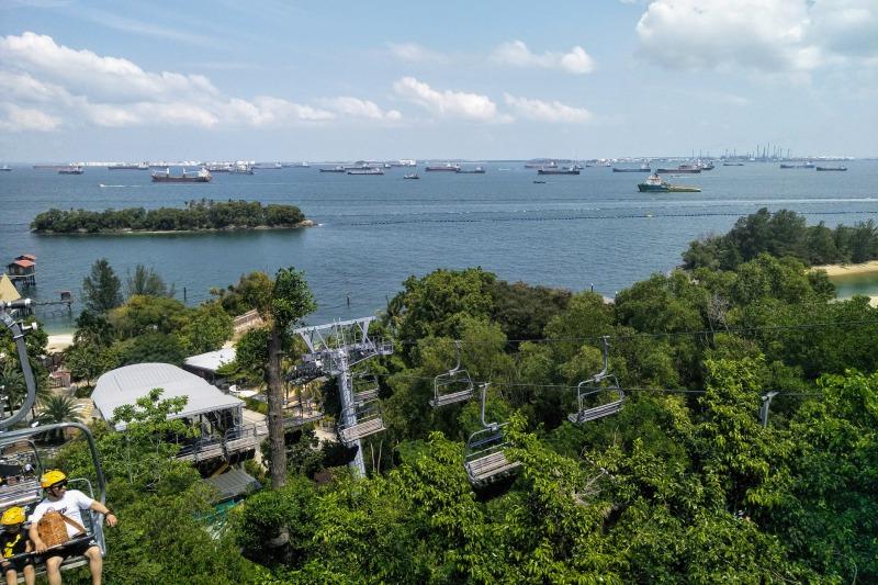 シンガポールセントーサ島のリュージュへのリフトから望む景色