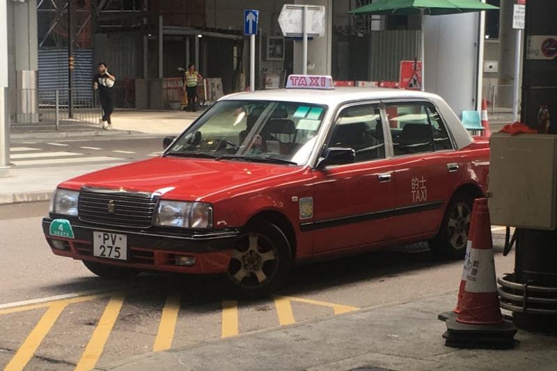 香港のタクシー 赤