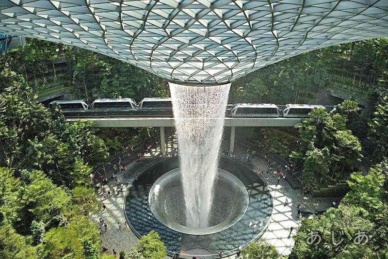シンガポール空港ジュエルの滝