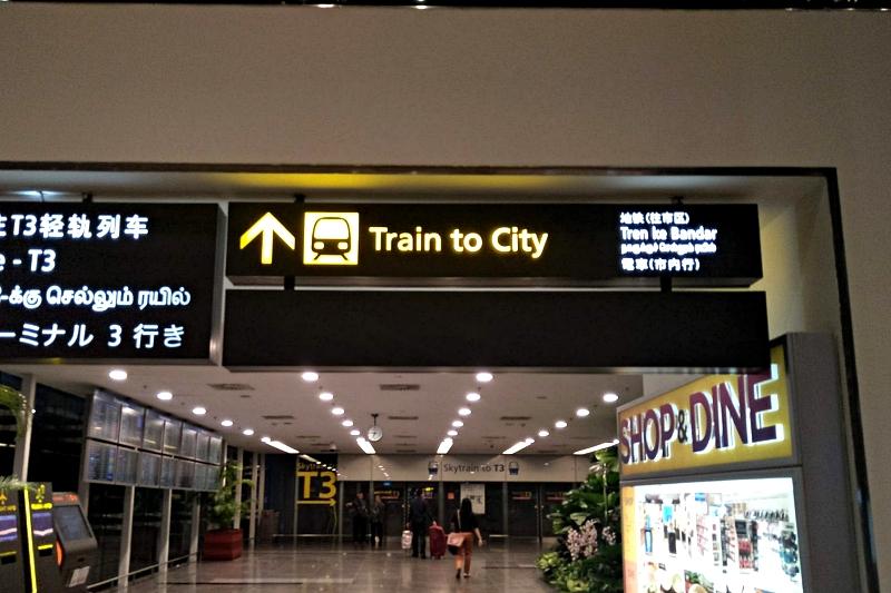 チャンギ空港の駅への案内板