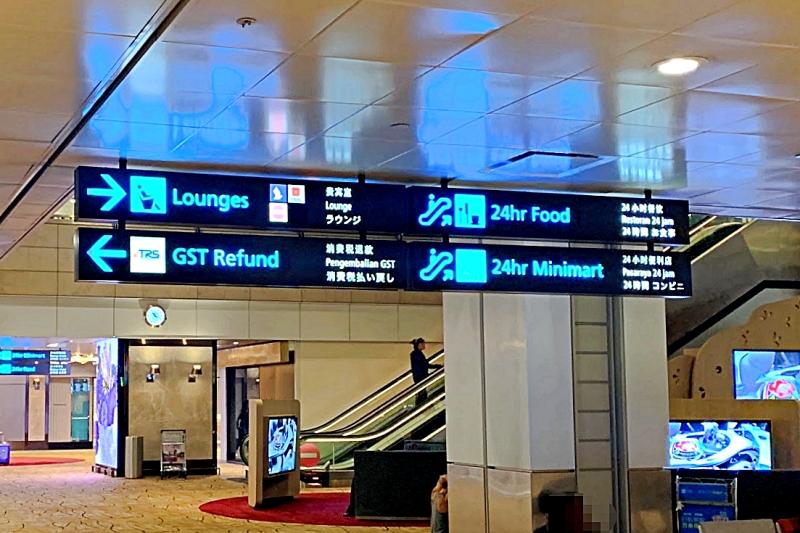 singapore changi airport terminal 2 二階へのエスカレーター