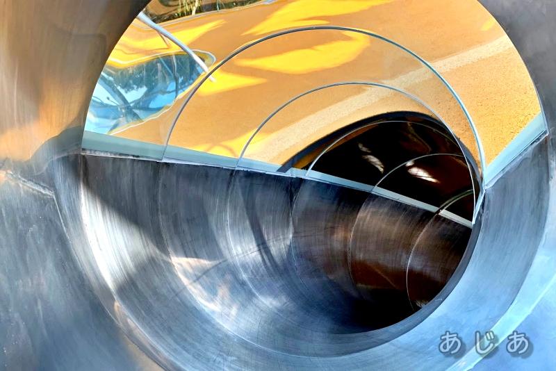 シンガポールチャンギ空港ジュエルの滑り台の中